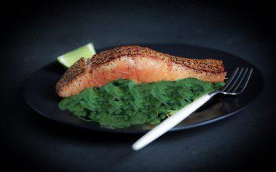 Salmone croccante su letto di spinaci